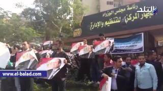 بالفيديو والصور.. جنود الأمن المركزى يوزعون صور السيسى على حاملي 'الماجستير والدكتوراة'