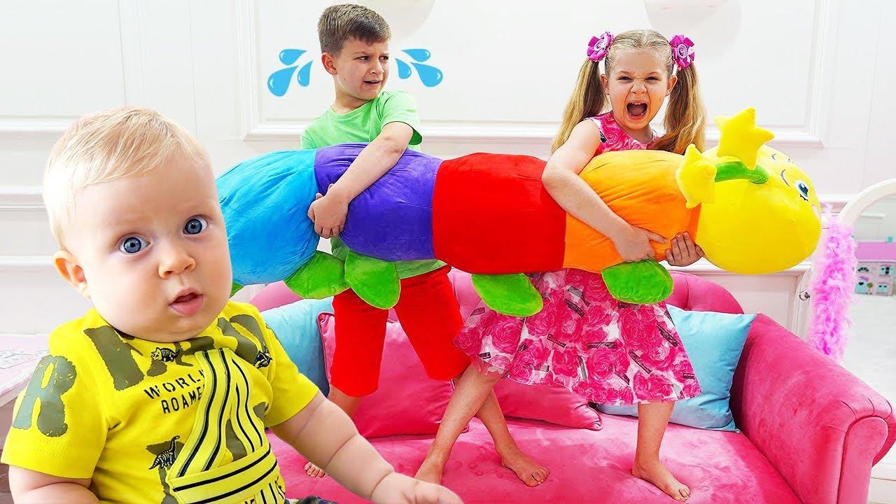 Diana e Roma Brincam na Sala de Brinquedos pra Bebês e Com a Nova Boneca Bebê