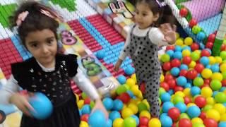 Ayşe Ebrar ve Buğlem Oyun Alanında Oynadılar ve Renkli Toplar ile Böcekleri Öldürme Oyunu Oynadılar.