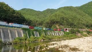 분천역 인근 협곡을 지나가는 컨테이너 화물열차