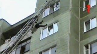 Шок! Мужик вытворяет безумные трюки на пожарной лестнице!