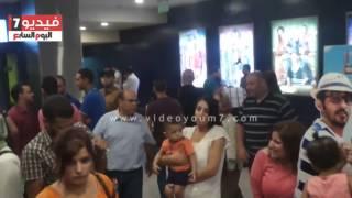 شاب يقبل رأس أحمد حلمى على أفيش فيلم  لف ودوران