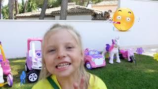 Alicia juega con Toy Story huevo gigante