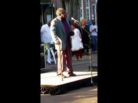 nabestaande spreekt op 07 juni 2015 in Amsterdam over slachtoffers vliegramp