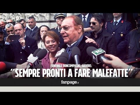 """Funerali Boncompagni, la figlia Barbara con Arbore commosso: """"Gianni ha illuminato la gioventù in tv"""