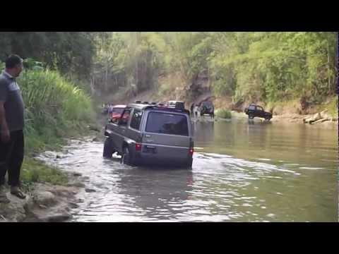 Daihatsu Taft - off road cruising the river