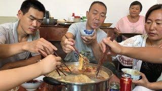【食味阿远】阿远请四叔涮羊肉,三盒羊肉一盒肥牛,6个人吃完接着涮毛肚    Shi Wei A Yuan