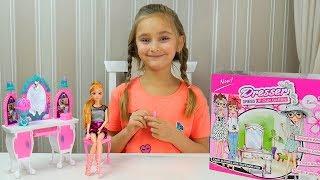 Обзор игрушек для девочек- Александра распаковывает набор для куклы- принцессы