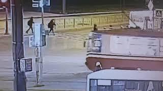 """Видео ДТП в Петербурге: """"Приора"""" подбросила в воздух пешеходов"""