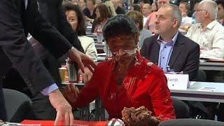 Германия: тортом в лицо в поддержку беженцев(В Германии одна из руководителей леворадикальной партии Ди Линк Сара Вагенкнехт получила тортом в лицо..., 2016-05-29T08:05:20.000Z)