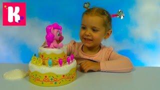 Пинки Пай в торте играем в игру с шариками Poppin