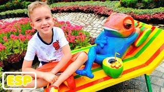 Vlad y Nikita juegan con mamá en el parque de atracciones Family Fun
