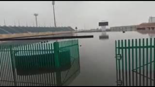 بالصور والفيديو.. مياه الأمطار تغمر ملعب الراكة بالخبر.. ونقل مباراة القادسية والباطن إلى الدمام