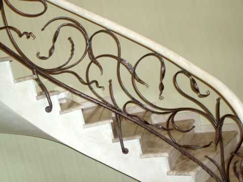 Красивый вариант декоративного ограждения лестницы в доме, кованые перила на второй этаж