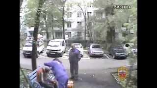 банда скинов напала на кавказца в Москве. Видео МВД РФ