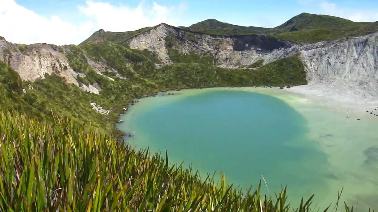 Laguna en el monte Balbi - Papua Nueva Guinea