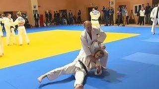 بالفيديو .. فتاة روسية تحاول طرح بوتين أرضًا في «تمرين جودو»