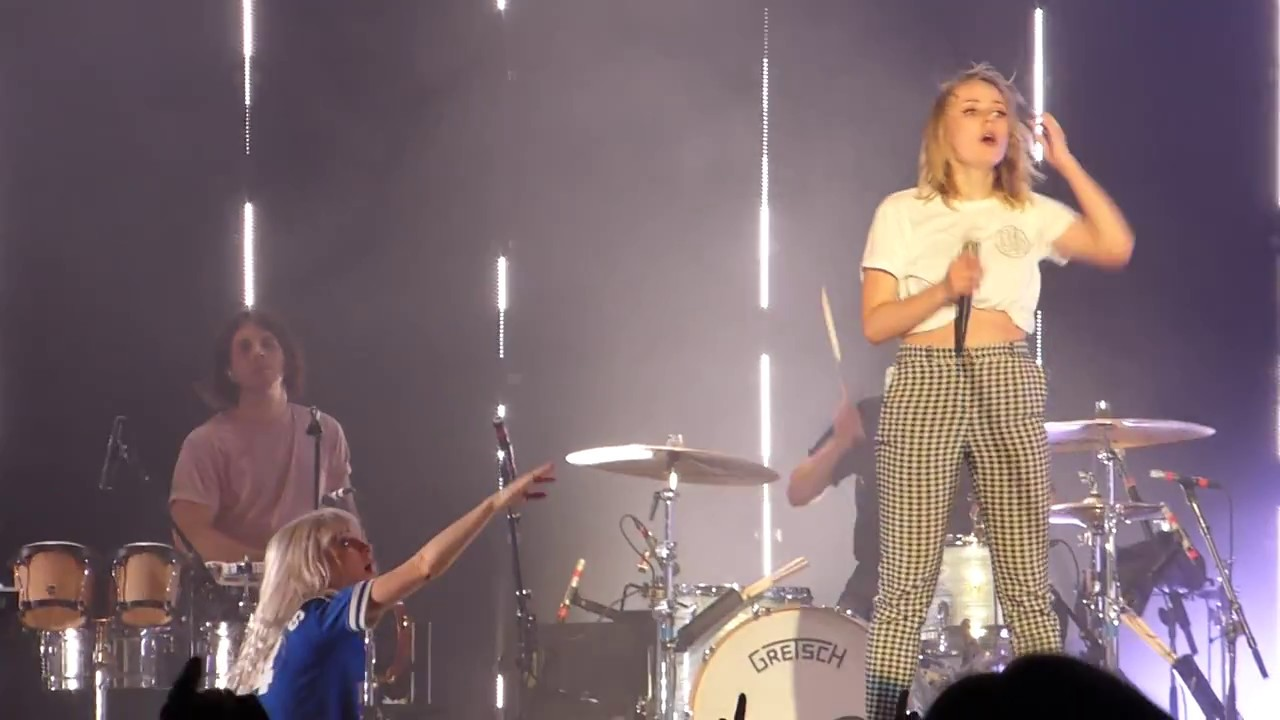 Paramore - Misery Business (Fan on stage) | 013, Tilburg ... Paramore 013