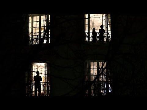 Fransa her akşam saat 8'de koronavirüse karşı pencerelerde