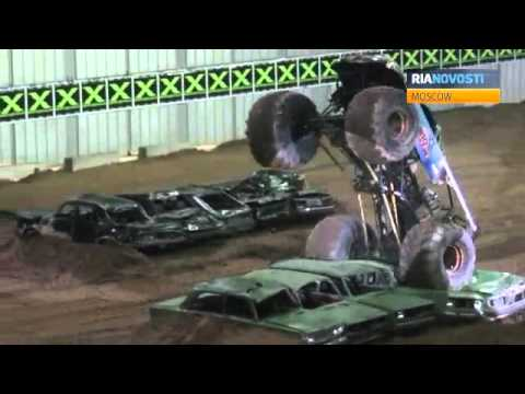 Monster Trucks Crush Cars In Moscow Youtube