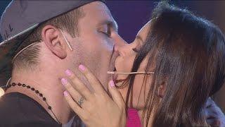 Se dieron un beso de final de telenovela, prendieron fuego la pantalla.