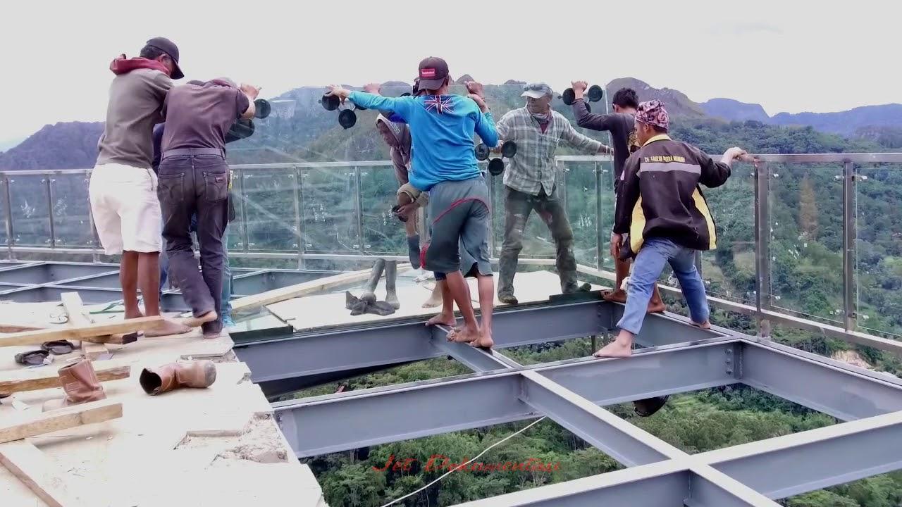 Proses pemasangan lantai kaca di objek wisata Buntu Burake Tana Toraja