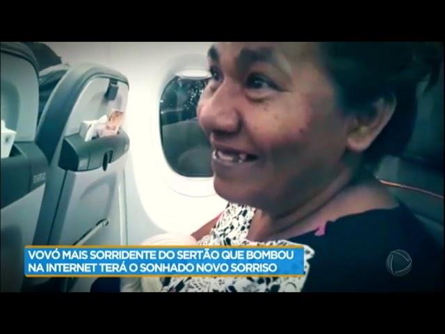 Maria do Sorriso não segura as lágrimas ao ganhar rádio de presente