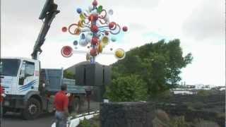 La Fundación coloca uno de los juguetes de viento restaurados de César Manrique en su sede