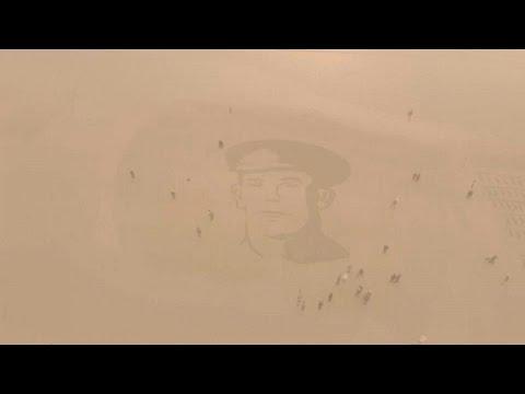 رسم صور شخصية على الرمال لجنود شاركوا في الحرب العالمية الأولى…