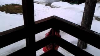 Смешная девушка купается в снегу