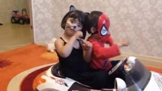 Человек паук и женщина кошка танцуют в машине Spiderman and Catwomen dancing in a car
