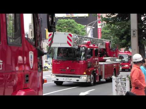 緊急走行で火災現場へ集結する消防車。Many fire trucks arrival to the fire spot.