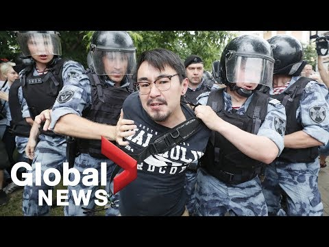 Russian police detain hundreds at Moscow protest in support of journalist
