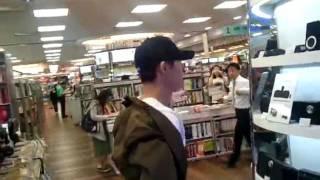 [Fancam]  Kim Hyun Joong filming Running Man @ Kyobo Bookstore