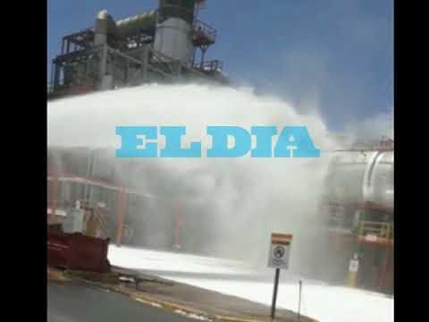 """YPF: las imágenes de los bomberos apagando el """"principio de incendio"""""""