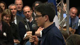 Un collégien interpelle Macron sur la planète lors du grand débat national
