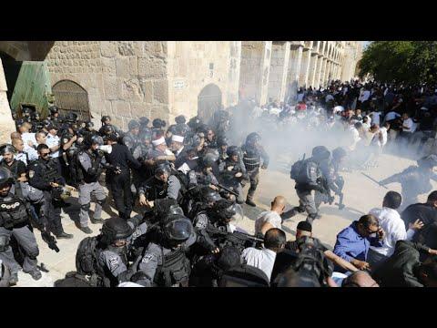 صدامات بين فلسطينيين والشرطة الإسرائيلية في باحة المسجد الأقصى تزامنا مع صلاة العيد