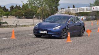 Tesla Model 3 2019 - Maniobra de esquiva (moose test) y eslalon | km77.com