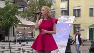 Красивая девушка Аня на улице Бреста поет!!! Buskers! Street! Song!