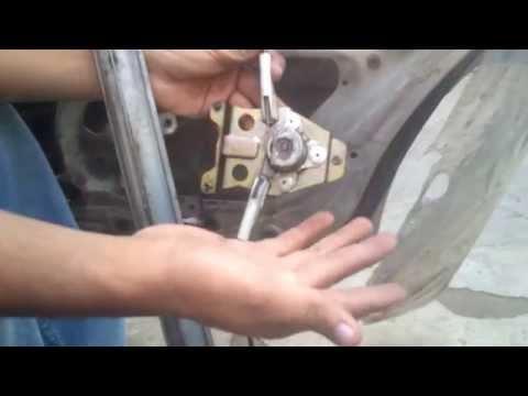 Reparar el elevador del vidrio de un NISSAN TSURU II (primera parte)
