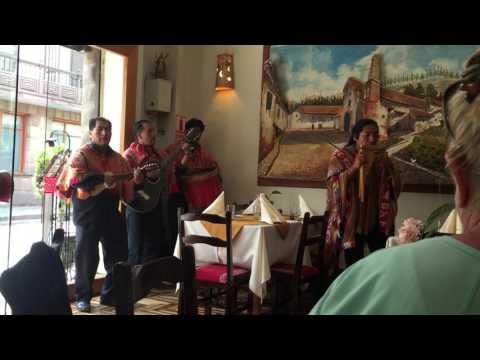 Música ao vivo em restaurante peruano