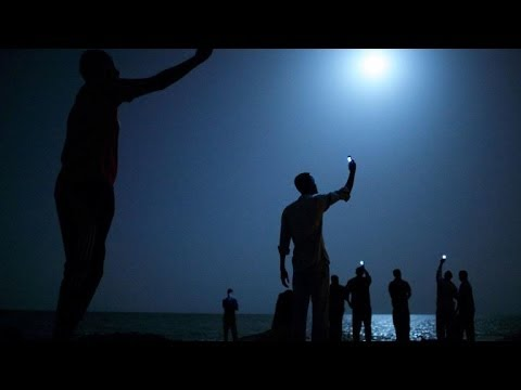 Moonlit African migrants image wins World Press Photo