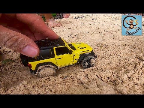 Дети и машинки игрушки. Даня и Дина играют в песке. МанкиТайм
