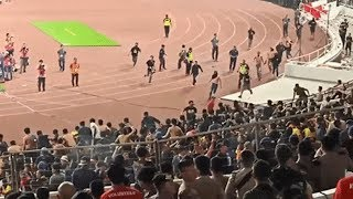 CĐV Indonesia ẩu đả kinh hoàng với khán giả Malaysia, sân Bung Karno rơi vào hỗn loạn