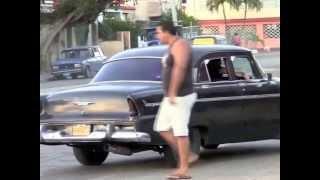En la havana Cuba desfile de carros almendrones.