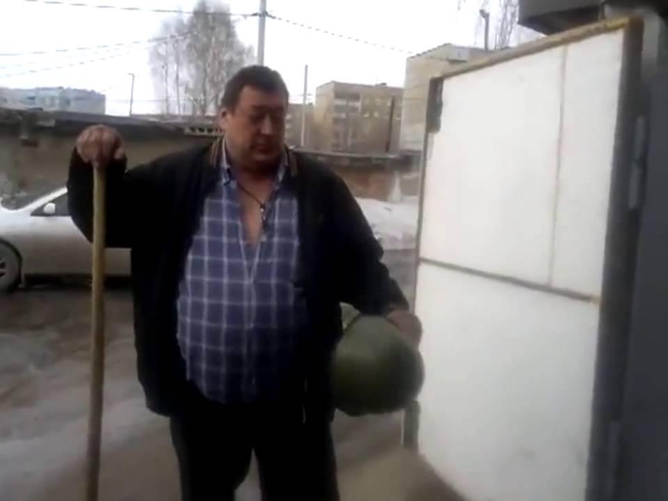 Видео прикол человек с кувалдой