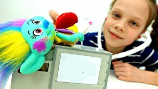 Видео для детей с игрушками Тролли: Артистка катается с горки