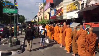 Para Bhikkhu Melakukan Pindapata Di Yogyakarta