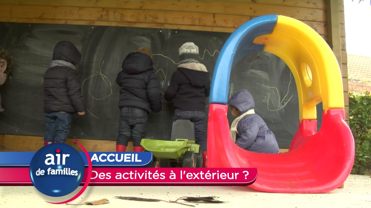 Enfants qui dessinent à l'extérieur