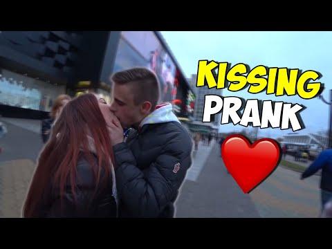 ПОЦЕЛУЙ ЗА ФОКУС! Хочу ПОЦЕЛОВАТЬ ДЕВУШКУ НА УЛИЦЕ KISSING PRANK #2